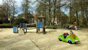 Spielplatzgeräte für den öffentlichen Raum und den öffentlichen Bereich: Kosten rund um den Spielplatzbau und Spielplatzgeräte und Fallschutz