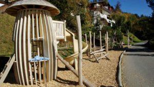 Spielplatzbau Kosten: Spielplatzgeräte, Fallschutzbelag und Kosten rund um den Spielplatzbau.