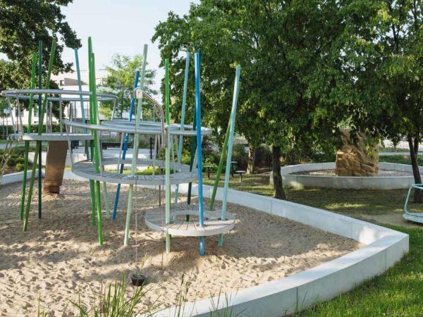 Spielplatzgeräte auf öffentlichen Spielplätzen und Spielplatzplanung im öffentlichen Raum