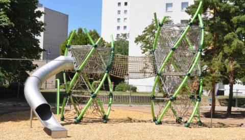 Spielplatzgeräte für den öffentlichen Raum: Kletterturm mit Rutsche und Spielplatzgeräten. Kosten für Spielplatzgeräte und Spielplatzplanung